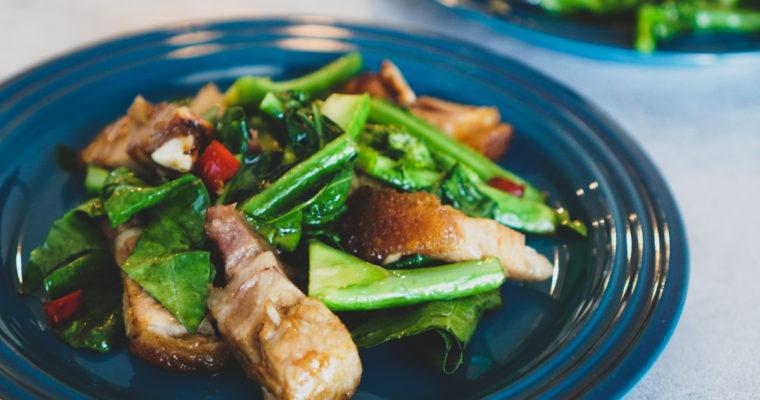 パッカナームーグロップ (Stir Fried Chinese Broccoli with Crispy Pork Belly / ผักคะน้าหมูกรอบ)